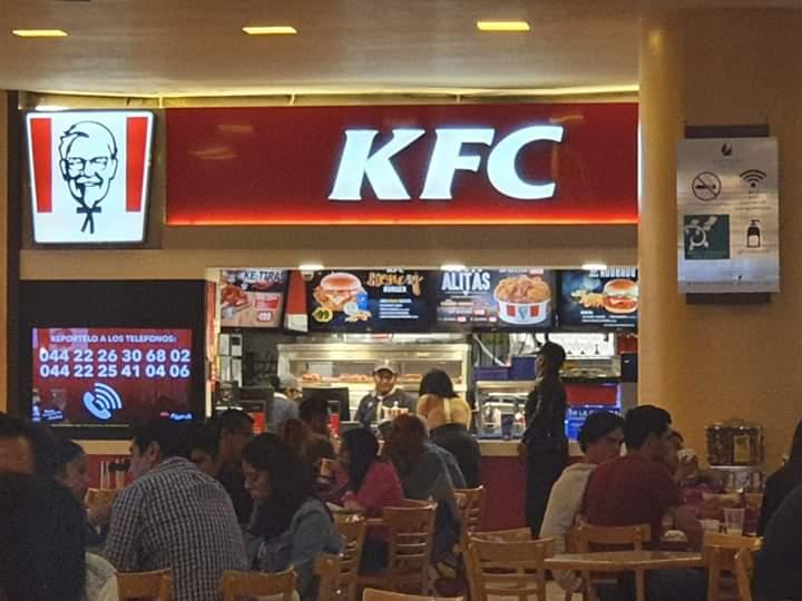 VIDEO Venden palomitas de pollo con cucarachas en el KFC de Angelópolis