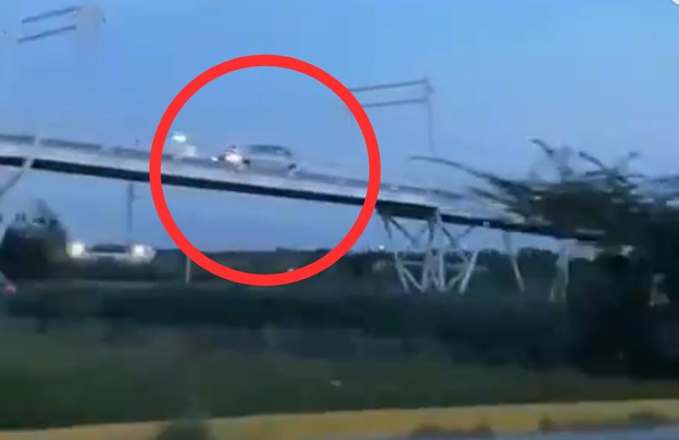 VIDEO Se sube con todo y auto a la ciclopista Atlixcáyotl