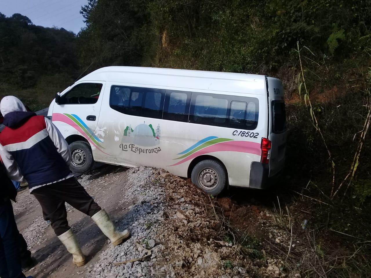 Persecución entre 2 particulares, manda camioneta a barranca en Huauchinango