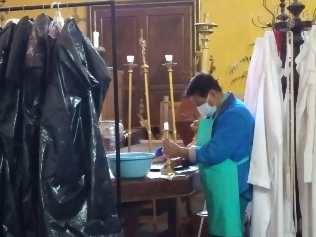 Limpian imágenes e interiores en parroquia de Ciudad Serdán