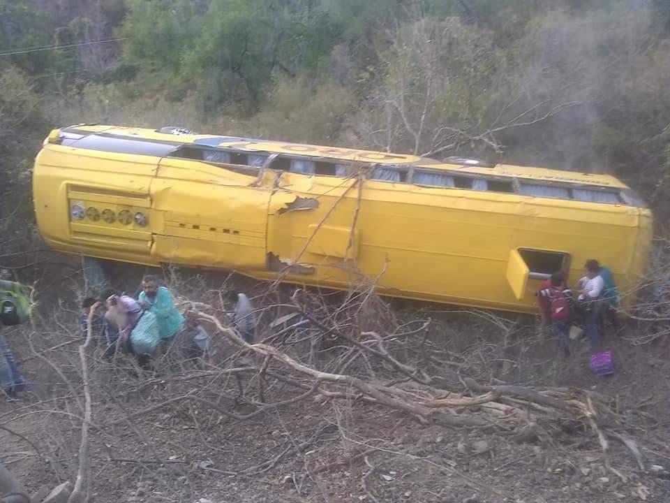 Chocan autobús Oro y un Torton en tramo de Tecomatlán