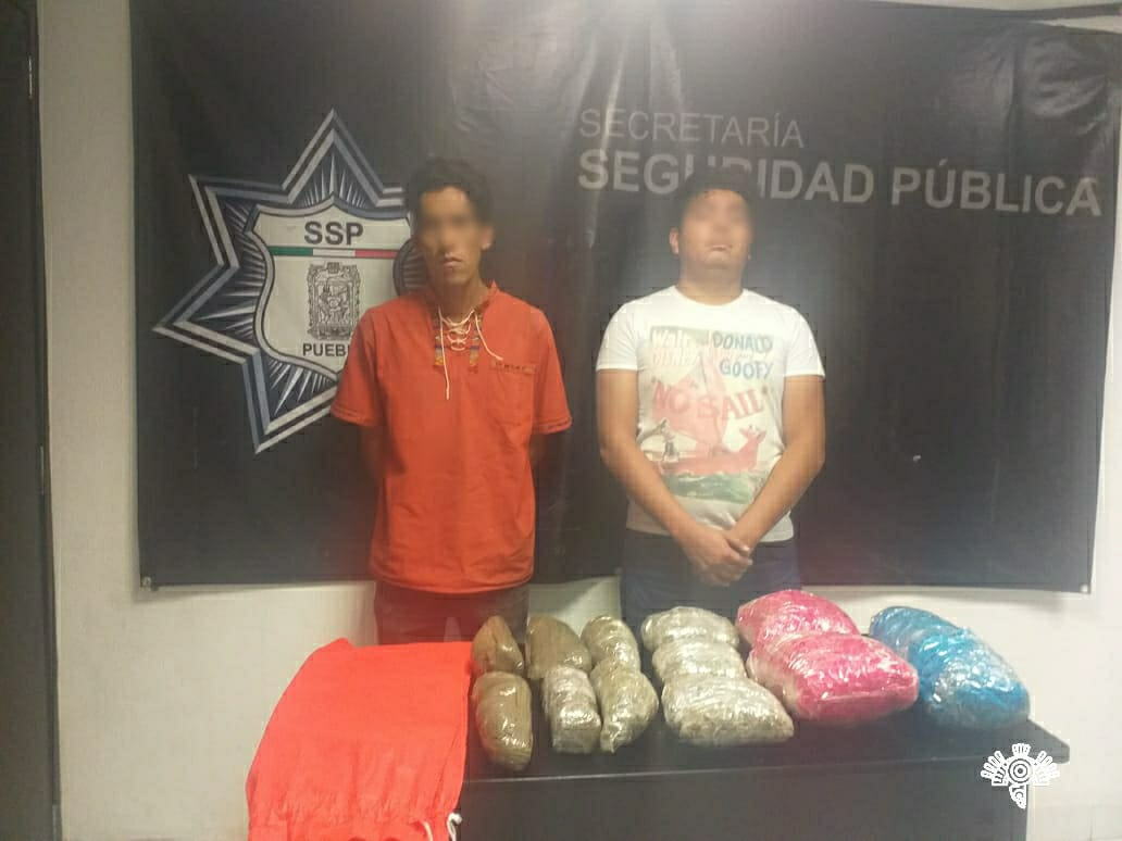Detienen a dos con 12 paquetes de marihuana en Xilotzingo