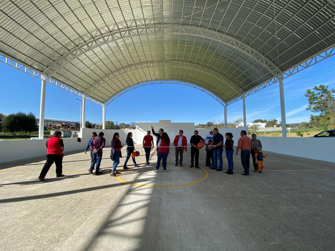 Márquez Lecona entrega techado y rehabilitación de cancha de Tomatlán