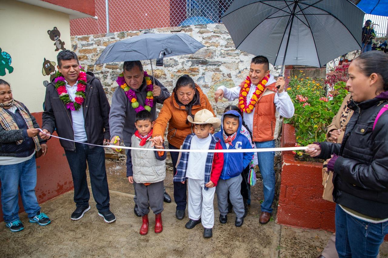 Entrega Márquez Lecona muro de contención en San Miguel Tenango