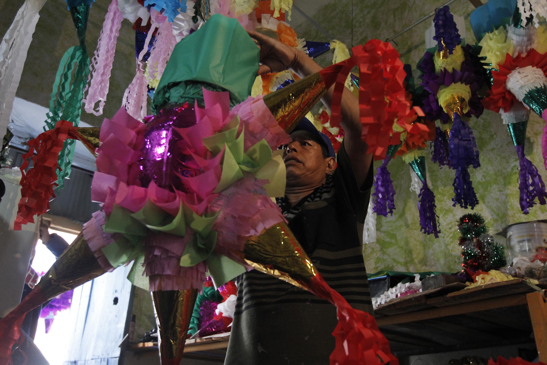Venta de piñatas se mantiene en Izúcar de Matamoros