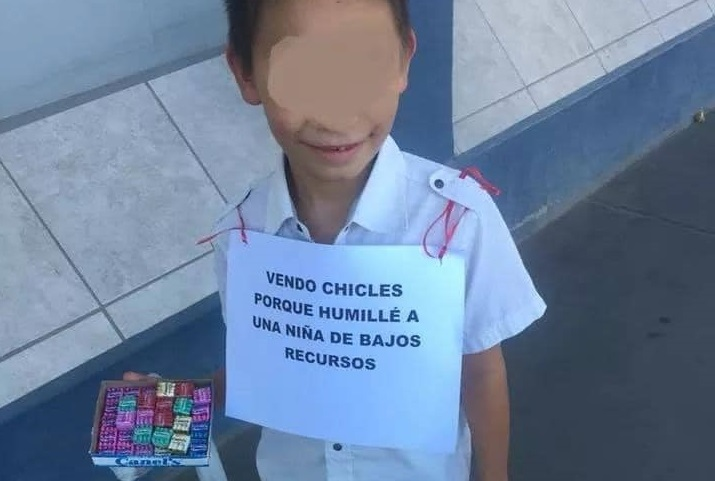 Niño se burló de niña de escasos recursos y lo pusieron a vender chicles