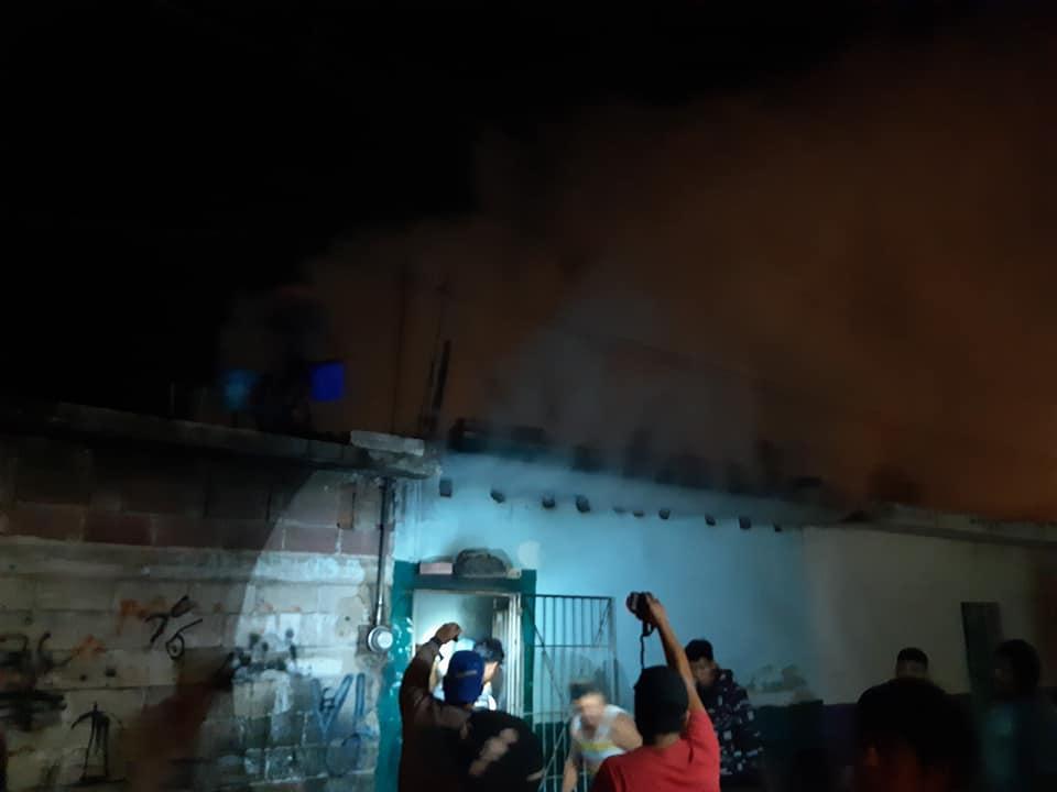 Vecinos con cubetas logran apagar fuego de una vivienda