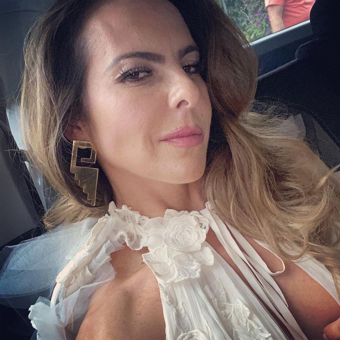 Posa Kate del Castillo con maxi blazer de cuero y tacones rojos