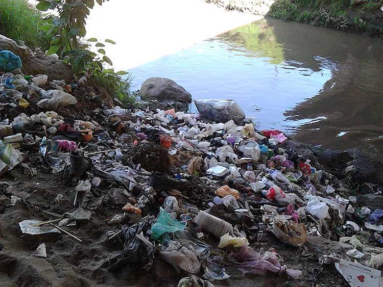 Denuncian tiraderos clandestinos a orillas del río Atoyac