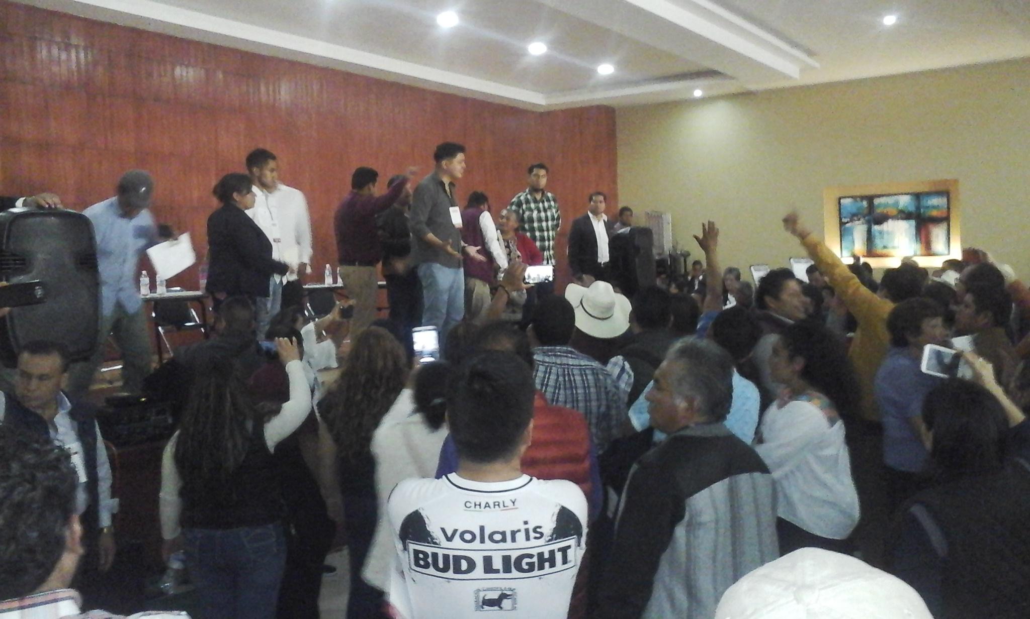 Señalan a ediles de fraude y tiran asamblea de Morena en Teziutlán