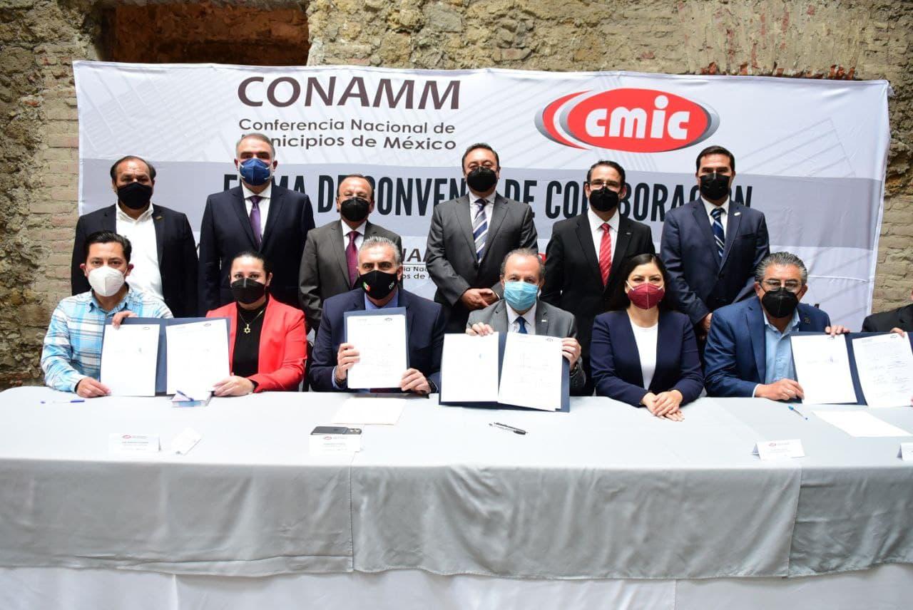 Claudia Rivera presente en firma de convenio entre CMIC y CONAMM