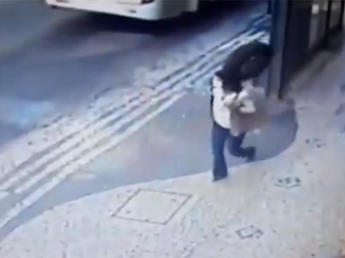 VIDEO Mujer se salva de ser arrollada por una llanta, pero no del rebote