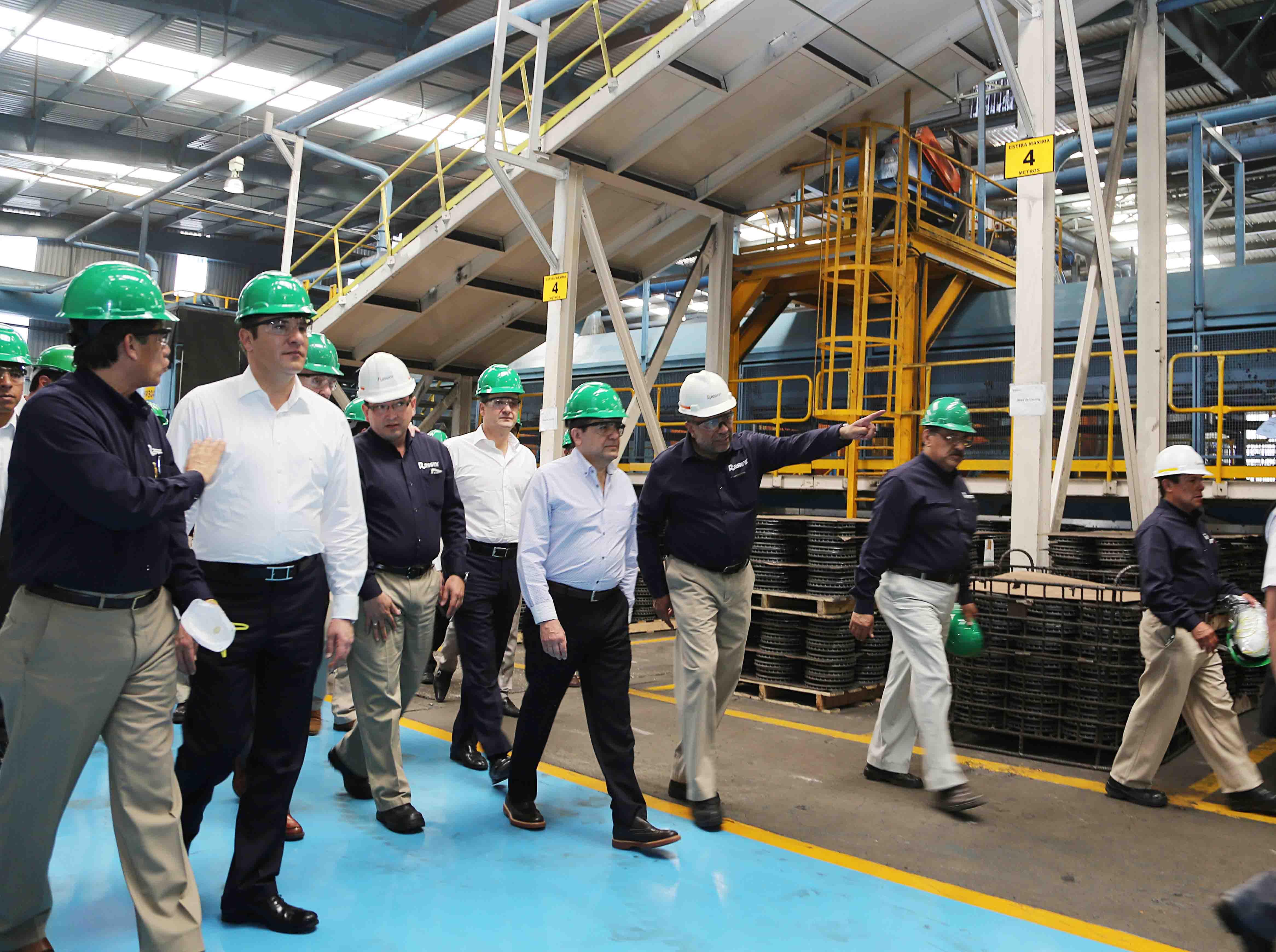 Recorre secretario de Economía planta de Rassini en Texmelucan