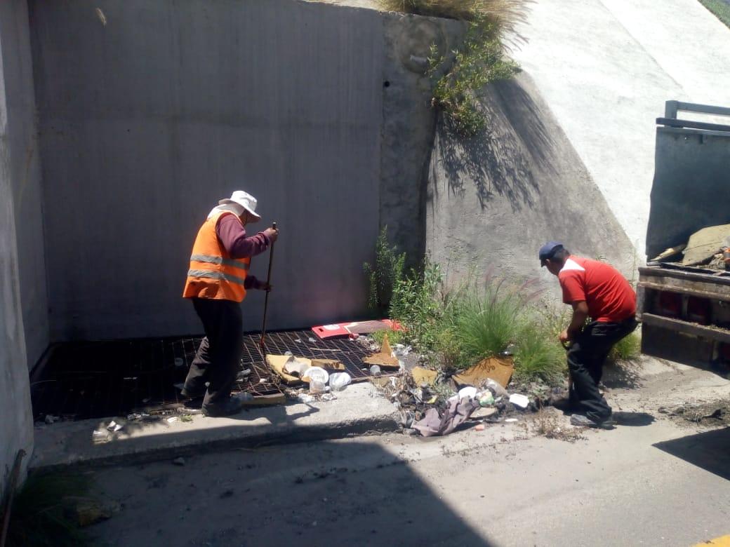 Infraestructura limpia cunetas y alcantarillas en acceso al Periférico en Puebla