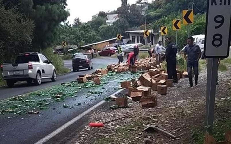 Pobladores cargan con cervezas tras percance en Huauchinango