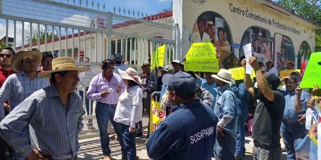 Se manifiestan en calles de Izúcar trabajadores del Sosapamim