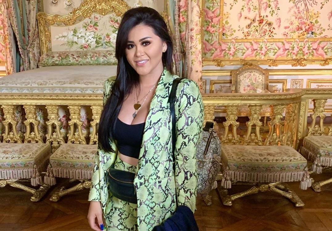 Gomita le copia el estilo a Rosalía con uñas postizas