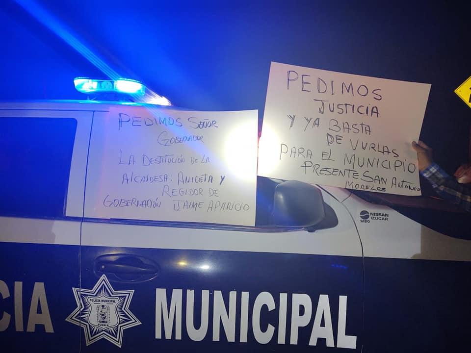 Habitantes de Tepexco cierran carretera, exigen seguridad y destituir a la alcaldesa