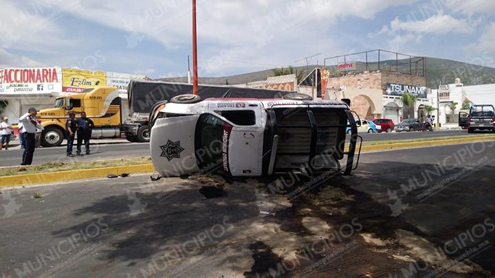 VIDEO Vuelca patrulla en Tecamachalco; se distrajo con el celular