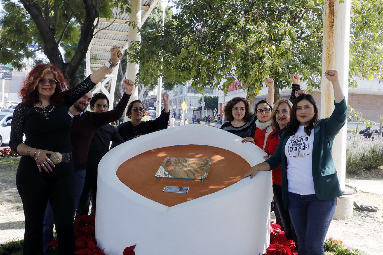 Develan placa en honor a la activista transgénero Agnes Torres Hernández