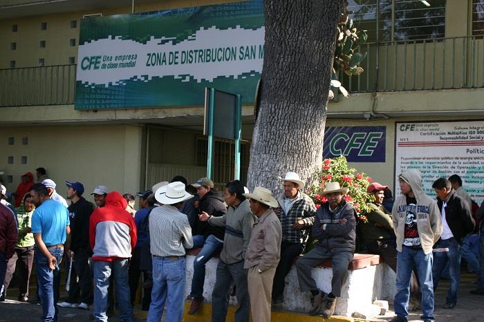 Protestan campesinos ante CFE de Texmelucan por altas tarifas de energía
