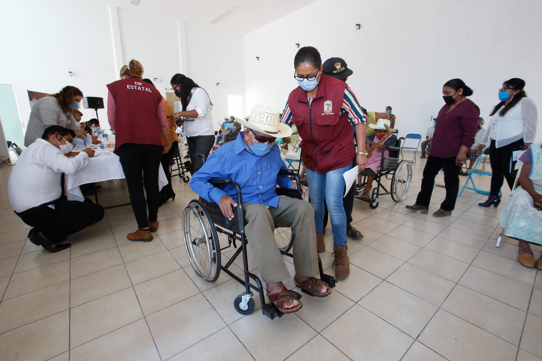 Atiende SEDIF a personas con discapacidad de Xayacatlán