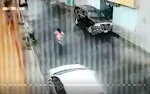 VIDEO Asesinan a un hombre frente a su hija de 7 años en plena calle
