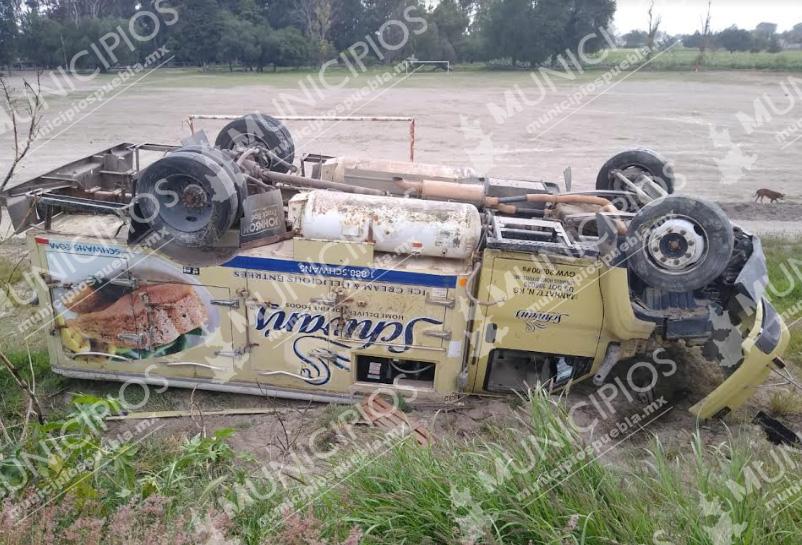 Camión termina volcado en intento de asalto en Tecamachalco