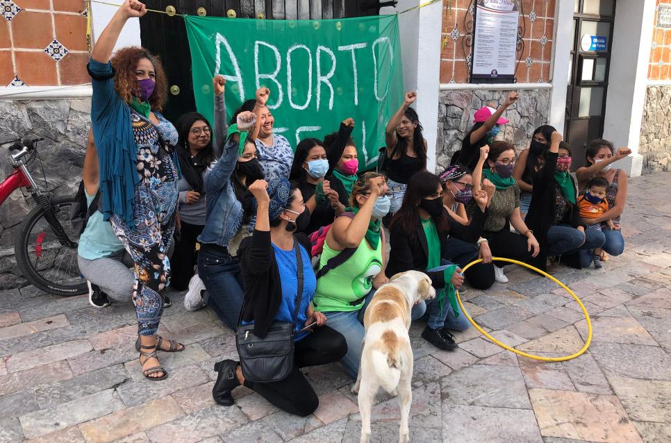 Colocan mujeres de Atlixco manta pro aborto en Palacio Municipal