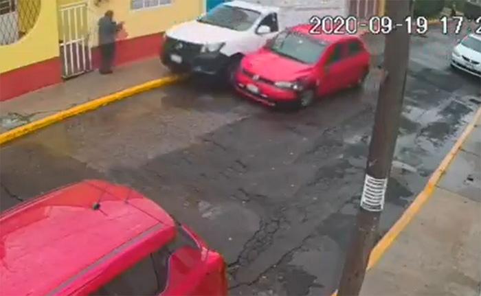 VIDEO Juegan carreritas, chocan y casi atropellan a abuelito en Puebla