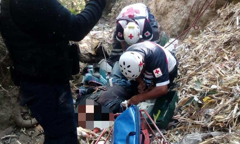 Abuelito cae a barranca de 15 metros y sobrevive en Tlalancaleca