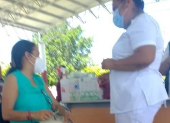 Alcaldesa de Acatlán se vacuna contra covid sin laborar como maestra