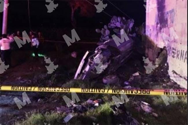 Pierden la vida dos personas en accidente automovilístico en Tlacotepec