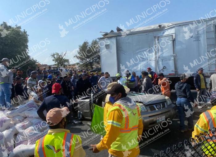 Camión aplasta una camioneta y muere abuelita en la México-Puebla