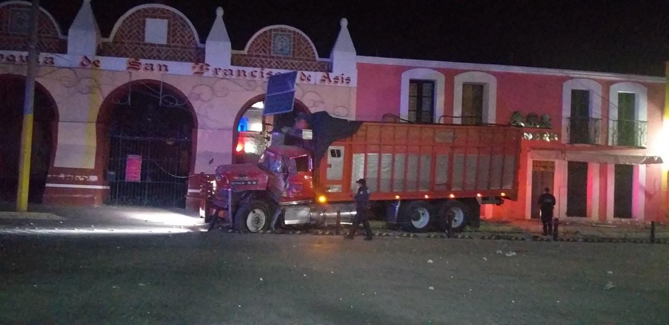 Tractocamión derriba postes y daña vehículos al huir en Tepeaca