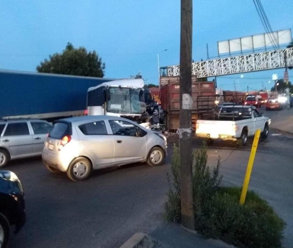Choca autobús de traslado de personal con tractocamion en Chachapa