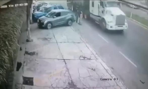 VIDEO Mariachi queda prensado entre auto y tráiler en la Chiautempan-Puebla