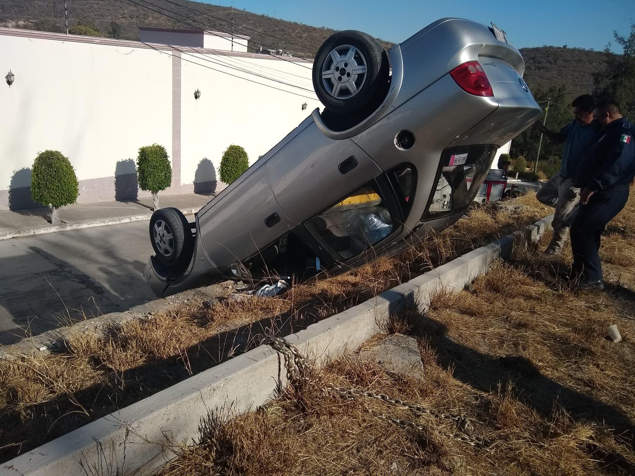 Vuelca auto en la carretera Tehuacán-Teotitlán por falla mecánica