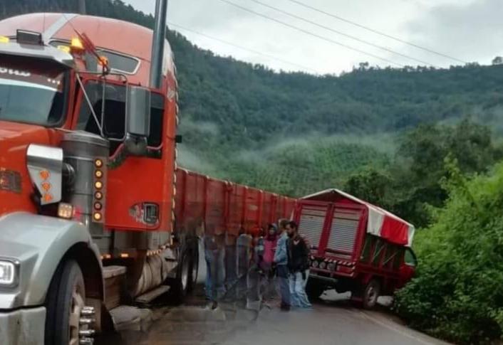 Tráiler impacta de frente a camioneta en la carretera a Ahuacatlán