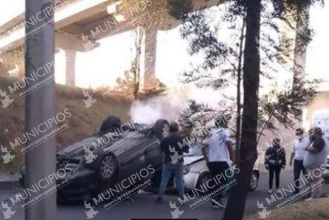 Auto vuelca y cae sobre otro en la lateral de la México-Puebla