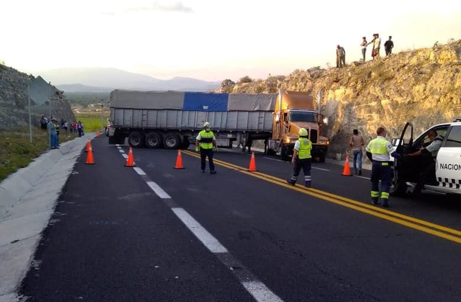 Choca tractocamión al quedarse sin frenos en la Cuacnopalan-Oaxaca