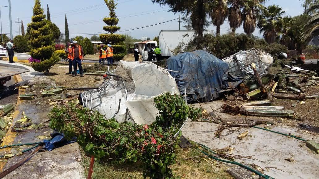 Camión cargado de resina vuelca en caseta de Tehuacán