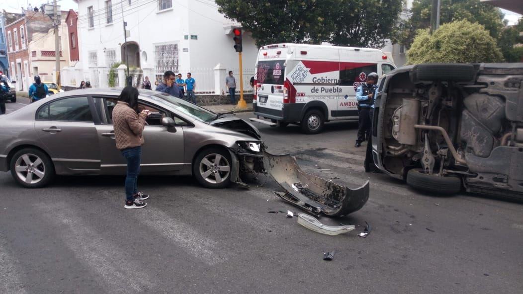 Personas atrapadas tras volcadura en El Carmen, de Puebla capital