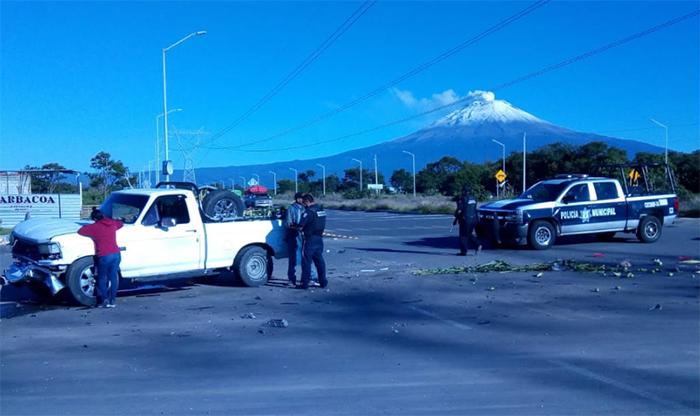 Camionetas chocan de frente en cruce del tianguis de flor en Atlixco