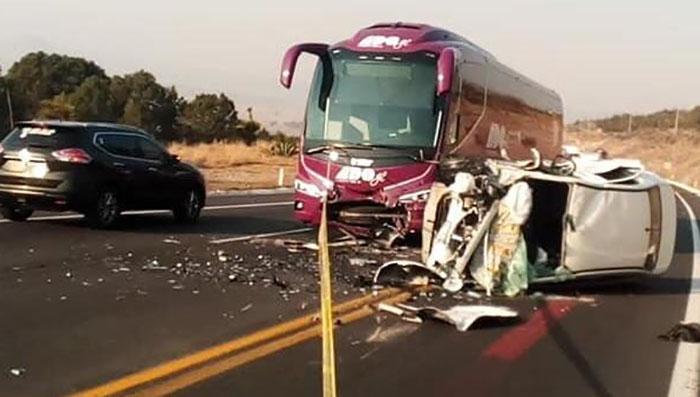 ADO destroza auto en la Teziutlán-Puebla; mueren tres