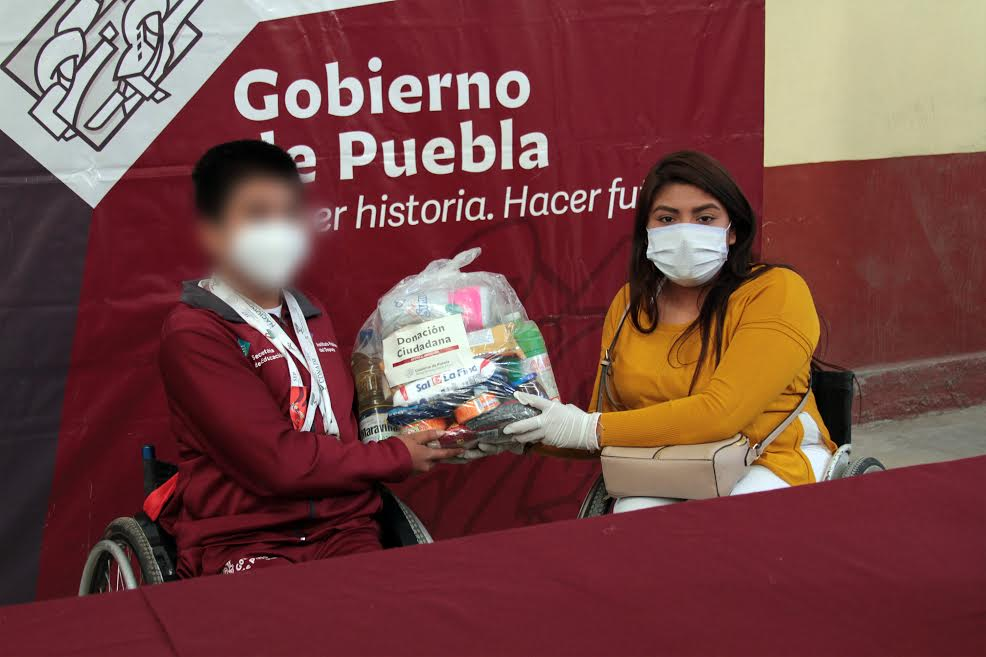 Personas con discapacidad reciben paquetes alimentarios en Tepeyahualco