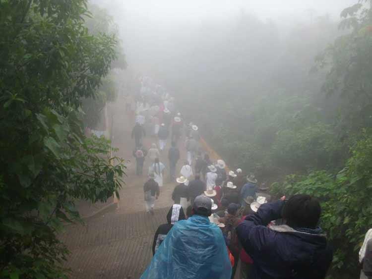 Celebran pobladores de Olintla un año de lucha en defensa del agua