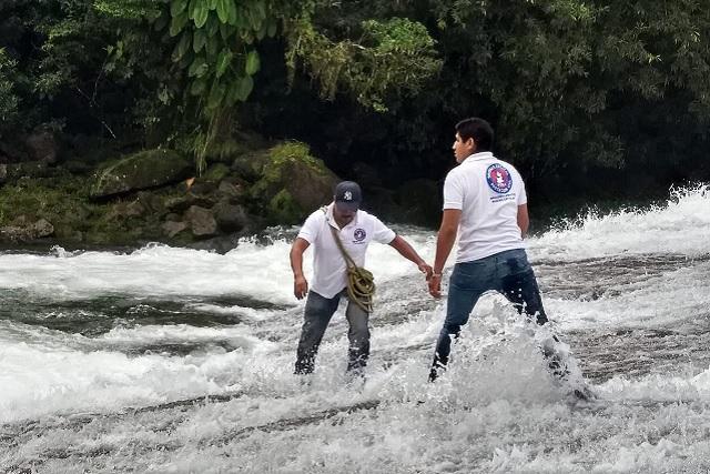 Aún buscan a joven que se lo llevó el río en Cuetzalan
