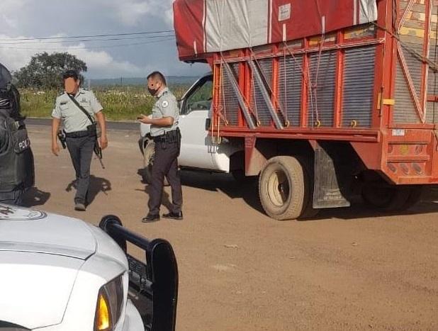 Los persiguen de Huauchinango a Hidalgo por camioneta robada