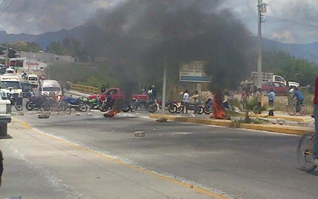 Zafarrancho en Ajalpan; se enfrentan policías contra manifestantes